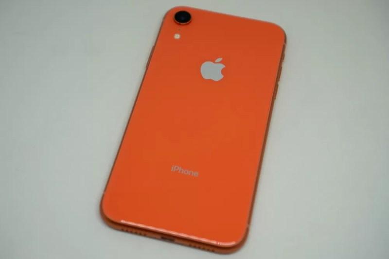 iPhone XRの背面(コーラル)