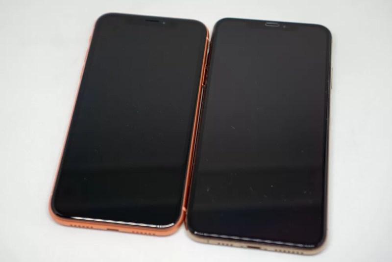 iPhone XRとiPhone XS Maxの正面比較