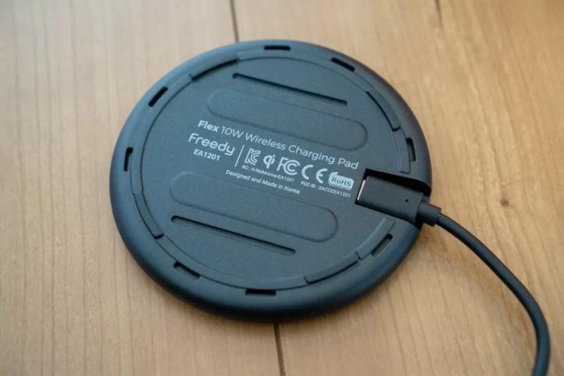 「Flex 10Wワイヤレス充電パッド EA1201S」の裏面は廃熱用の通気口あり