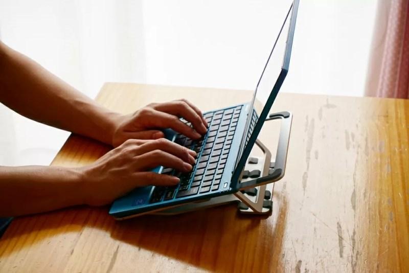 Humixx PC スタンドに乗せたノートパソコンを使っているところ