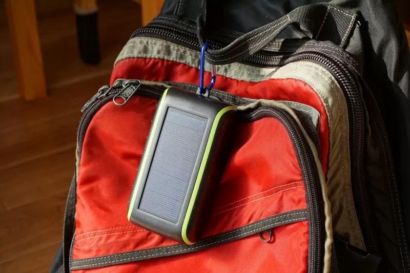【Chargi-Q mini(チャージックミニ)ソーラーチャージャー モバイルバッテリー 】リュックにカラビナフックをつけて本体をつるす