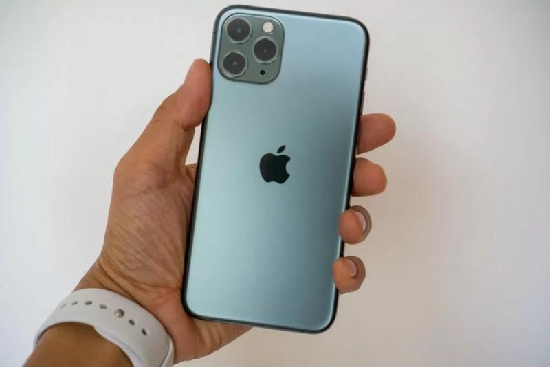 iPhone 11 Pro の背面は磨りガラス風