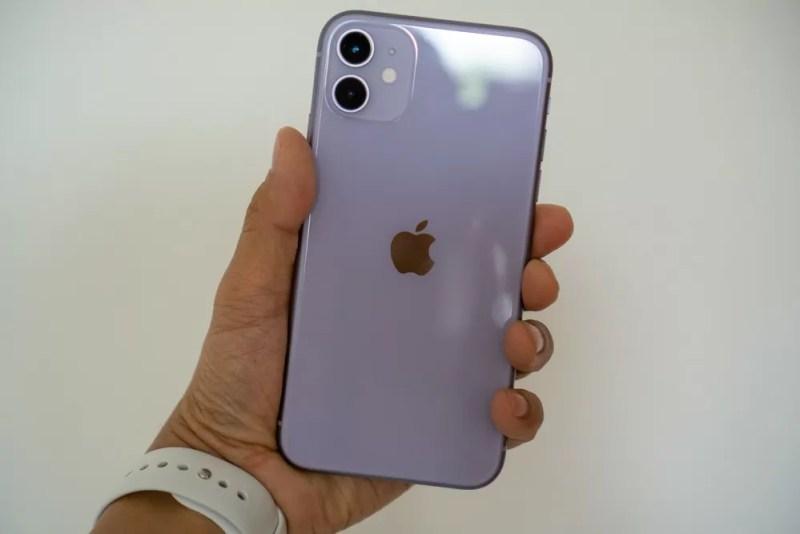 iPhone 11 の背面はツルツルテカテカ