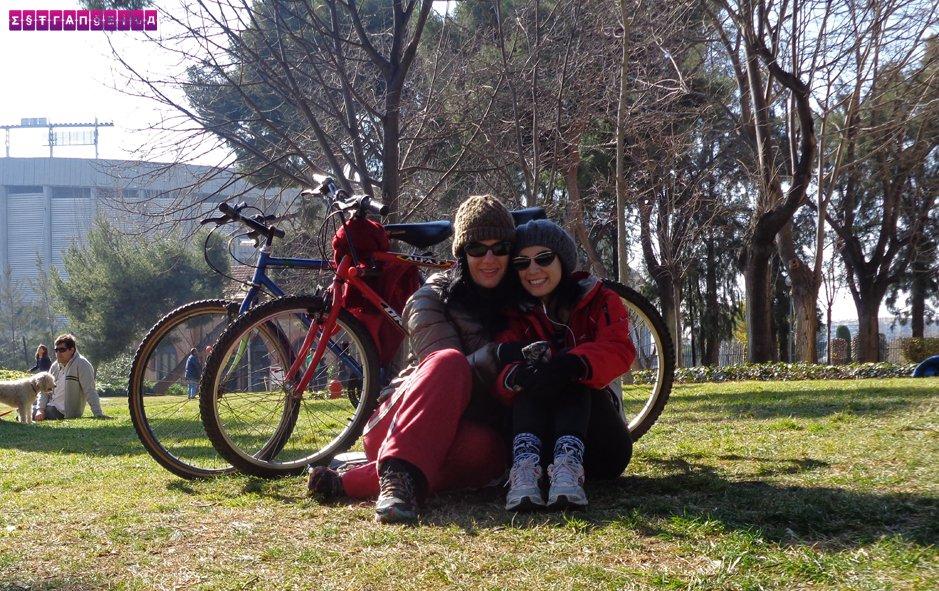 Estrangeiras Gabi e Fabia com suas queridas bicicletas, em Barcelona!