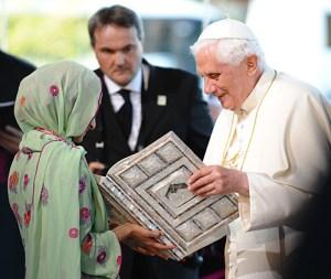 Papa Benedicto recibe el Corán