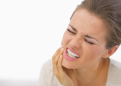 Mujer con dolor temporomandibular
