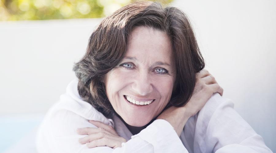 Mujer con implantes dentales sonriendo