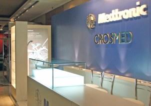 Detalle del exhibidor con cúpula de vidrio templado de 10 mm. Backlight fabricado en melamina blanca.