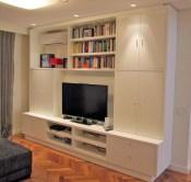Mueble para audio y video con puertas. Fabricado en MDF laqueado poliuretano blanco semi mate. Sector TV con doble pared de manera de esconder cableado hacia los equipos.