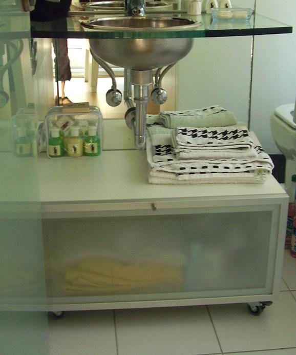 Mueble de guardado con ruedas fabricado en melamina con puerta marco de aluminio anodizado y vidrio esmerilado.