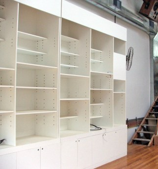Biblioteca fabricada en fenólico con terminación esmalte sintético.