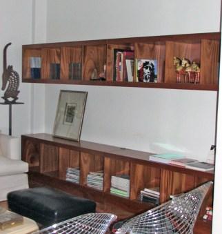 Biblioteca fabricada en caoba floreada. Con terminación laca poliuretánica semi mate.