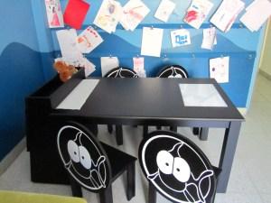 Hogar - Playroom - Mesa de arte y sillas laqueadas