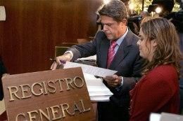 Federico Trillo y Soraya Sáenz de Santamaría, en el Registro General del Tribunal COnstitucional, donde han presentado el recurso contra el Estatuto. EFE http://elpais.com/elpais/2006/07/31/actualidad/1154333819_850215.html