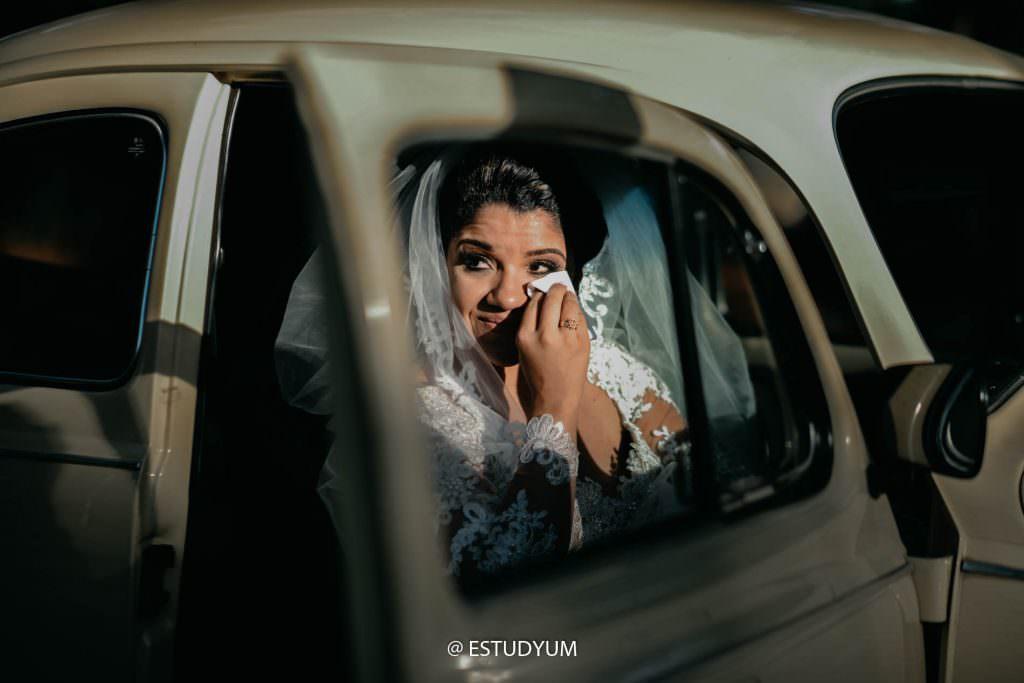 noiva s eemocionando no carro - o preço da fotografia de casamento em goiania - Estudyum Flavio Monteiro