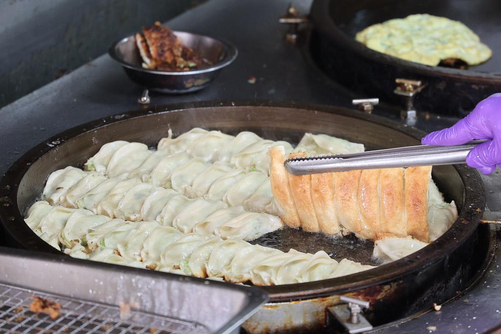 台南 鍋貼界的奇行種!外皮酥脆內餡帶有菜的爽脆以及清甜,午後讓人一口接著一口的鍋貼好選擇 台南市中西區 幸福鍋貼 府前店