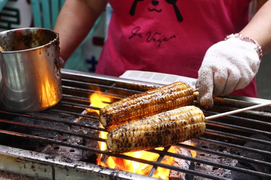 屏東 屏東夜市超不起眼的40多年玉米攤,口感帶Q透著玉米香甜,搭配刷醬香甜超涮嘴 屏東市|香香烤玉米