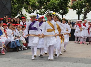 Euskal dantzen erakustaldi anitza eskaini zuten Kezkakoek Dantzari Egunean