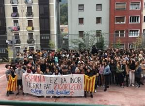 Kataluniako herriarekin elkartasuna adierazi dute Eibarko institutuko ikasleek