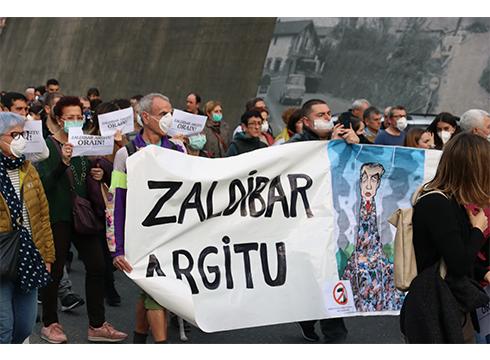 """Zaldibar Argitu: """"Koronabirusa baliatu dute Zaldibarkoa bigarren mailako arazo lokal bat bezala saltzeko"""""""