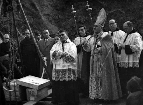 Karmeldarren elizako lehen harria ezarri zuten 1951n, eraikitze-lanei ekiteko. Ojanguren -Gure Gipuzkoa.