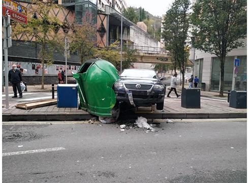 Auto batek istripua izan du San Juan kaleko kontenedore baten kontra