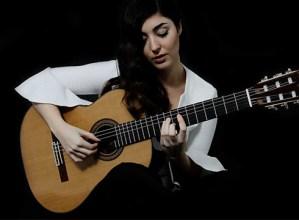 Andrea Gonzalez Caballero gitarra-jotzaile eibartarrak kontratua sinatu berri du Diamond Artists agentziarekin