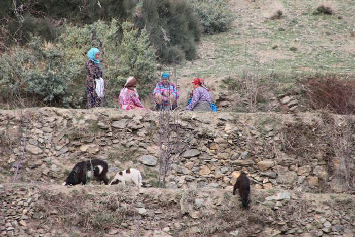 berber ladies on tizi mzik trail