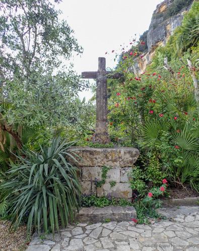 garden by church in la roque-gageac