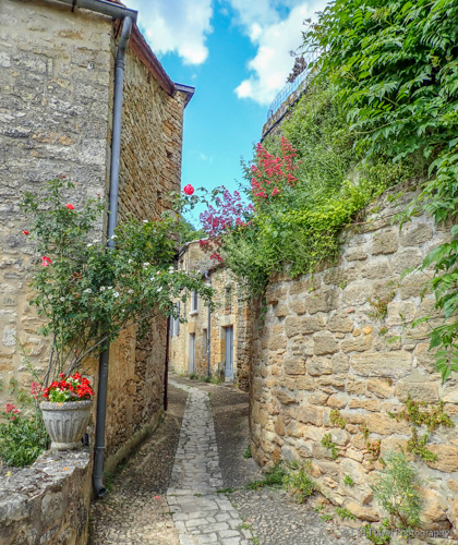 streets of beynac in the dordogne valley