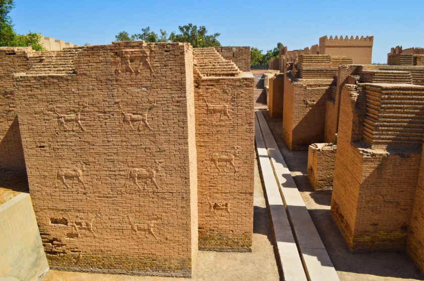 This is the second part of the processional street. It is flanked by walls which were decorated with Sirrushes (Mušḫuššu) and Aurochs. These walls have underwent very minimal renovation and the decorations are original (compare them with those on the Ishtar Gate in the Pergamon Museum, which were made with glazed bricks).
