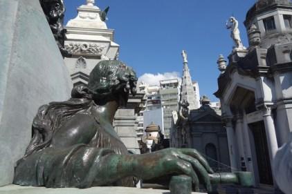 Une statut statuant sur le statut de statut au cimetière Recoleta