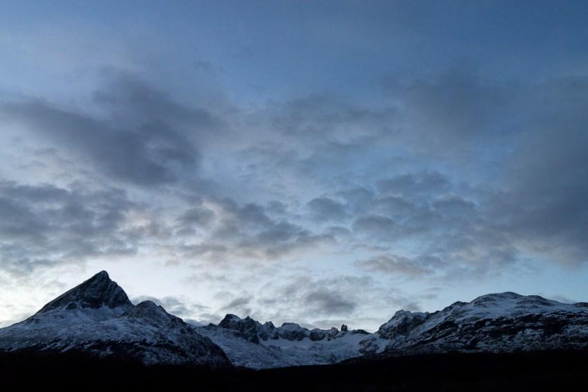 La nuit tombe sur les montagnes.