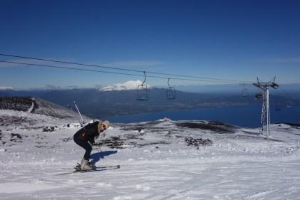 Caroline fait semblant de faire du ski
