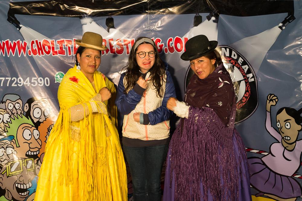 Caroline essayant d'effrayer des Cholitas.