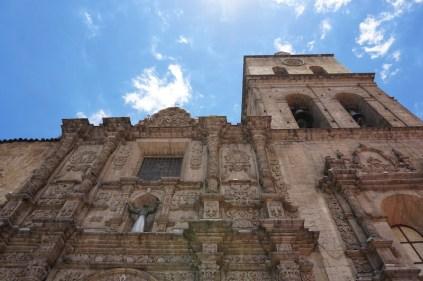 Si vous avez de bons yeux, vous verrez des bas-reliefs de la Pachamama sur l'église catholique.