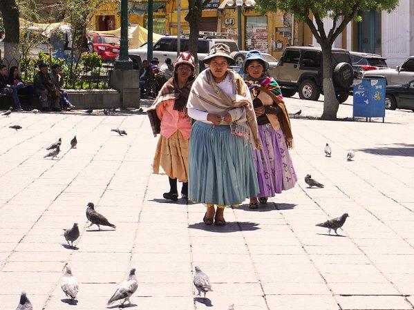 Un gang de Cholitas sur la plaza Murillo.