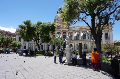 Plaza Murillo, la place principale de La Paz avec le palais présidentiel d'un côté, et le parlement de l'autre.