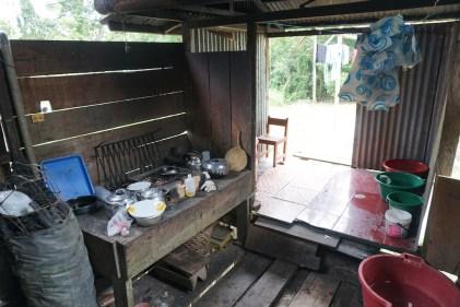 La cuisine avec la salle de bain à l'arrière.