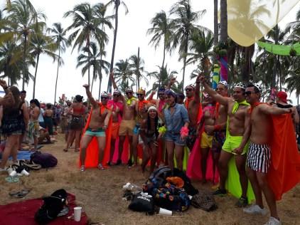 Un groupe de gens rigolos en fluos lors d'un festival de musique indé colombienne.