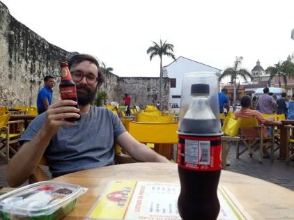 Gaël et sa bière à la terrasse du Donde Fidel.