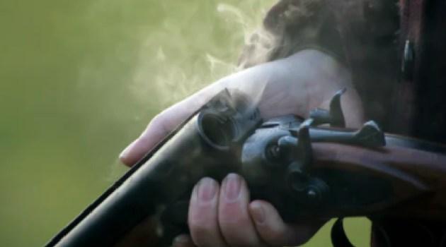 銃をしまおうとして、アソコを…(画像はイメージです)