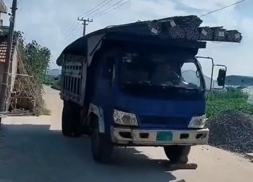 重い鉄筋を満載にしたトラックはやがて…(画像はTikTokのスクリーンショット)