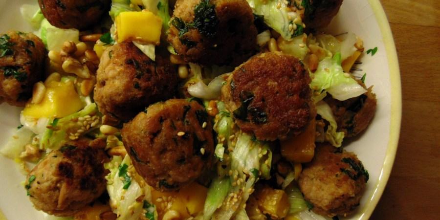 salade met tonijnballetjes, mango koriander
