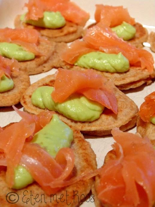 volkoren blini's met gerookte zalm en avocado crème