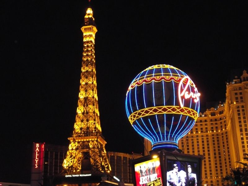 balloon and eiffel tower in las vegas lit up at night