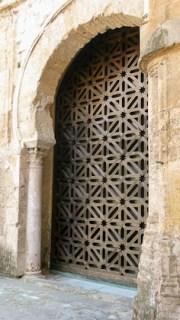 Puerta con formas geométricas