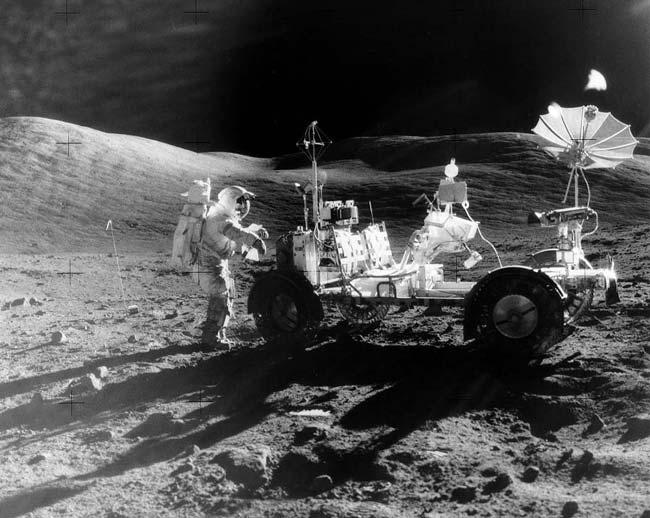A Apollo 17 usou um rover lunar, que poderá ser avistado com a câmara da Lunar Reconaissance Orbiter. Crédito: NASA