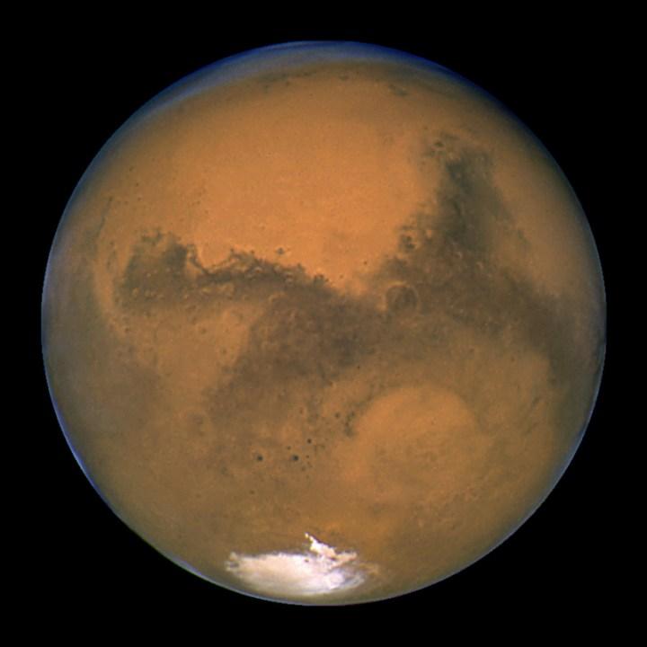 O telescópio especial Hubble da NASA/ESA obteve essa imagem de Marte, 11 horas antes do planeta ter efetuado sua aproximação máxima em relação a Terra. Os dois planetas estavam distantes cerca de 55.760.220 km, em 26 de agosto de 2003. Hubble usou sua câmera planetária de campo profundo número 2. Créditos: NASA, J. Bell (Cornell U.) e M. Wolff (SSI)