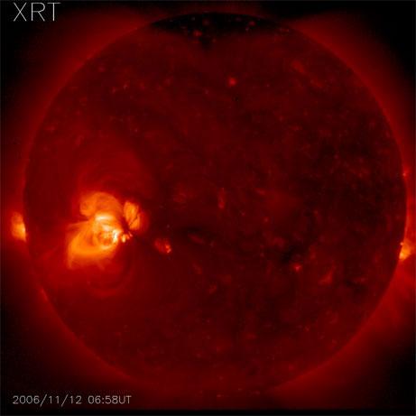 Duas regiões ativas aparecem como áreas brilhantes nesta imagem do disco completo do Sol, tomadas com o Telescópio de Raios-X da sonda japonesa solar Hinode. Crédito da imagem NASA/JAXA.